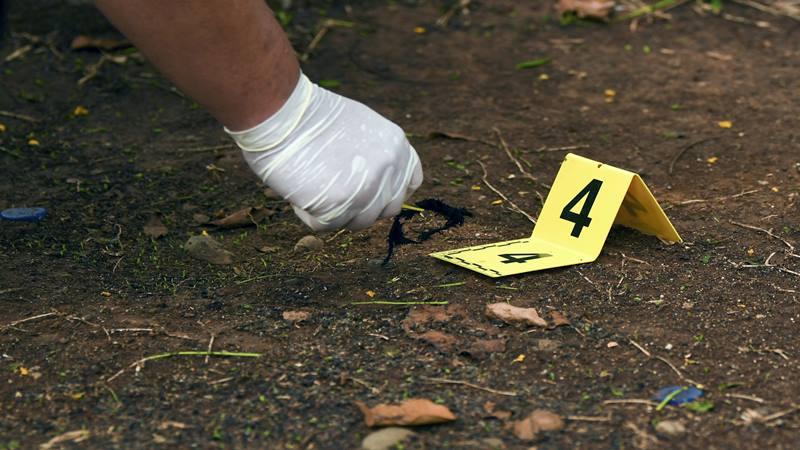 Anggota Labfor Mabes Polri mengumpulkan barang bukti di TKP ledakan di kawasan Monas, Jakarta, Selasa (3/12/2019). - Antara