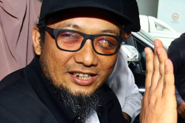 Penyidik KPK Novel Baswedan berada di mobil setibanya dari Singapura di Terminal 3 Bandara Soekarno Hatta, Tangerang, Banten, Kamis (22/2/2018). - ANTARA/Muhammad Iqbal