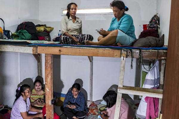 Sejumlah Pembantu Rumah Tangga (PRT) pengganti atau infal beraktivitas di salah satu penyedia jasa tenaga kerja di Jakarta, Jumat (8/6/2018). PRT infal yang bekerja selama libur Lebaran itu diupah sebesar Rp150.000- Rp200.000 per hari. - ANTARA/Galih Pradipta