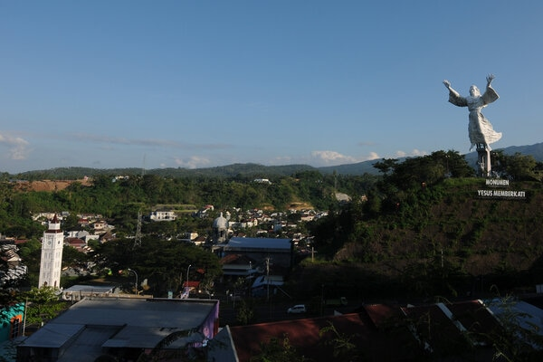 Suasana kota dengan ikon patung Monumen Yesus Memberkati di Manado, Sulawesi Utara, Senin (11/11/2019). - Antara/Aloysius Jarot Nugroho