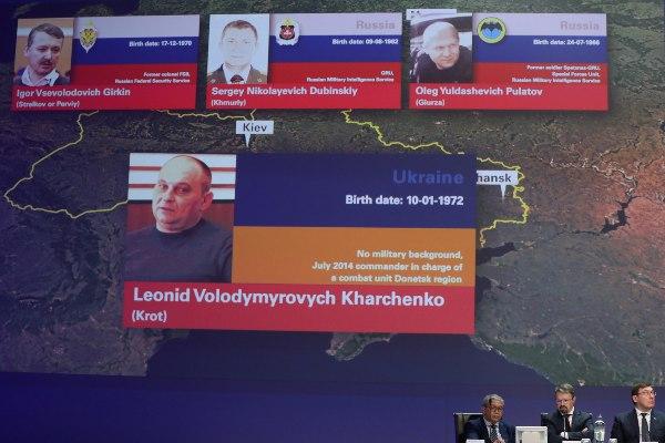 Foto dan identitas empat orang tersangka dalam jatuhnya pesawat Malaysia Airlines MH17 di langit Ukraina pada 2014 dipampang di konferensi pers yang dilakukan tim penyelidik internasional di Nieuwegein, Belanda, Rabu (19/6/2019). Persidangan atas keempatnya akan dilakukan mulai Maret 2020. - Reuters/Eva Plevier