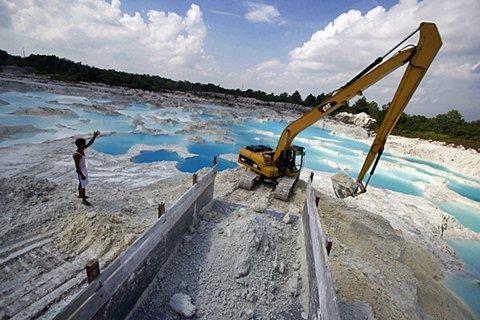 Pekerja melakukan aktivitas penambangan kaoline, bahan baku untuk industri keramik, di Belitung Barat, Rabu (25/3/2015). - Antara/Vitalis Yogi Trisna