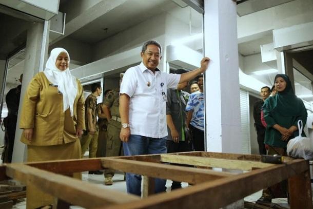 Wakil Wali Kota Bandung Yana Mulyana (tengah) mengunjungi basement Pasar Kosambi - Bisnis/Dea Andriyawan