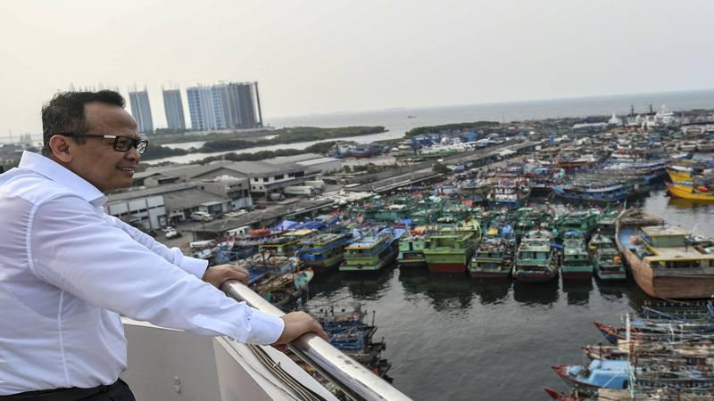 Menteri Kelautan dan Perikanan (KKP) Edhy Prabowo mengamati suasana Pelabuhan Perikanan Samudera Nizam Zachman, Muara Baru, Jakarta, Senin (28/10/2019). Dalam kunjungannya, Menteri Edhy Prabowo berjanji akan memperbaiki komunikasi antara pemerintah dengan nelayan untuk menyelesaikan permasalahan yang dihadapi seperti perizinan, alat tangkap dan kapal. - Antara