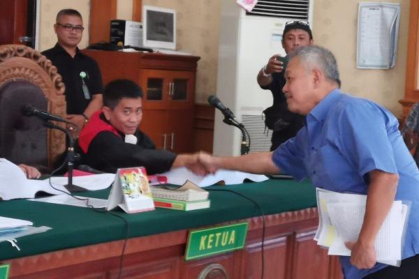 Pengusaha Tomy Winata menyalami hakim sidang di Pengadilan Negeri Denpasar, Bali, seusai memberikan kesaksian. - Istimewa