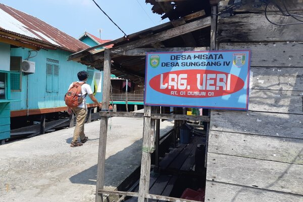 Wisatawan mengunjungi Desa Wisata di Desa Sungsang IV, Kecamatan Banyuasin II, Kabupaten Banyuasin, Sumsel. Desa tersebut terletak tak jauh dari Taman Nasional BerbakSembilang. - Bisnis/Dinda Wulandari