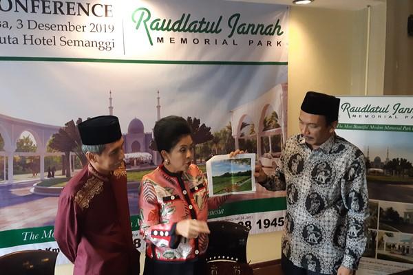 Direktur San Diego Hills Memorial Suziany Japardy (tengah) memperlihatkan gambar lokasi pemakaman bertema islami di Jakarta, Selasa (3/12/2019). - Mutiara Nabila