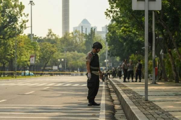 Anggota Gegana Brimob Polri melakukan pemeriksaan TKP ledakan di Jalan Medan Merdeka Utara, kawasan Monas, Jakarta, Selasa (3/12/2019). - ANTARA/Nova Wahyudi
