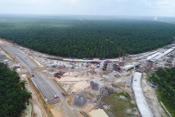 Foto aerial proyek pembangunan persimpangan jalan tol Pekanbaru-Dumai (Pekdum) Seksi 5-6 di Riau, Minggu (24/11/2019). Jalan tol merupakan salah satu infrastruktur yang pembangunannya dikebut. - Bisnis Himawan L. Nugraha