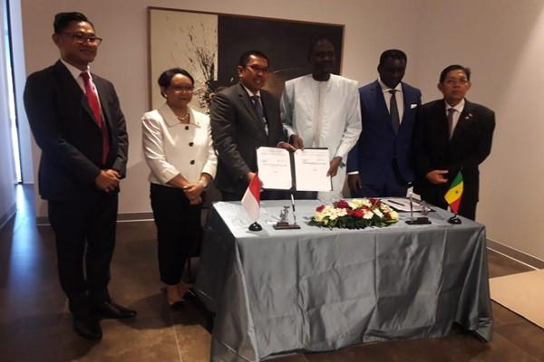 Menteri Luar Negeri RI Retno Marsudi (kedua kiri) berfoto bersama Direktur Operasi III WIKA yang membawahi Divisi Luar Negeri Destiawan Soewardjono (ketiga kiri), dan Direktur Operasi AGPBE Yaya Abdoul Kane (ketiga kanan) seusai penadatanganan kerja sama. - Bisnis.