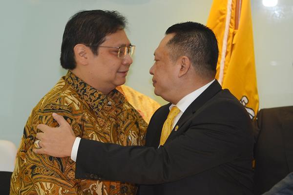 Ketua Umum Partai Golkar Airlangga Hartarto (kiri) dan Bambang Soesatyo, Senin (15/1/2018). - Antara
