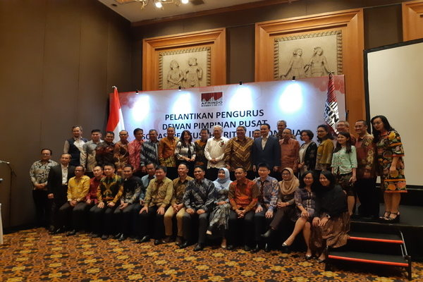 DPP Aprindo 2019-2023 berfoto bersama Wakil Menteri Perdagangan Jerry Sambuaga dan mantan Menteri Perdagangan Enggartiasto Lukita sebelum pelantikan di Jakarta, Selasa (3/12/2019). - Bisnis/Rezha Hadyan