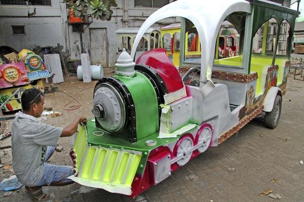 Pekerja menyelesaikan pembuatan kereta odong-odong di salah satu industri rumahan, di kawasan Tambun Selatan, Kabupaten Bekasi, Jawa Barat, Rabu (27/11/2019). Kereta odong odong yang menghabiskan waktu pembuatan sekitar sebulan tersebut dijual dengan harga Rp25 juta - Rp28 juta per unit. - Antara/Risky Andrianto