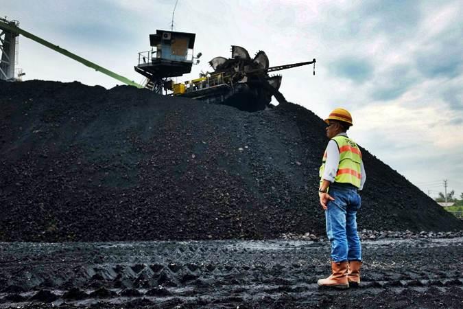 Petugas mengawasi proses penimbunan batu bara - Bisnis/Felix Jody Kinarwan