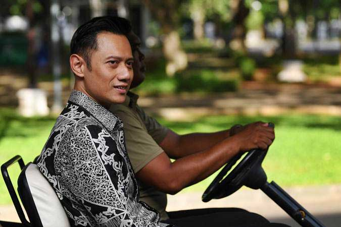 Komandan Komando Satuan Tugas Bersama (Kogasma) Partai Demokrat Agus Harimurti Yudhoyono (AHY) menumpang kendaraan khusus untuk bertemu Presiden Joko Widodo di Istana Merdeka, Jakarta, Kamis (2/5/2019). - ANTARA/Wahyu Putro A