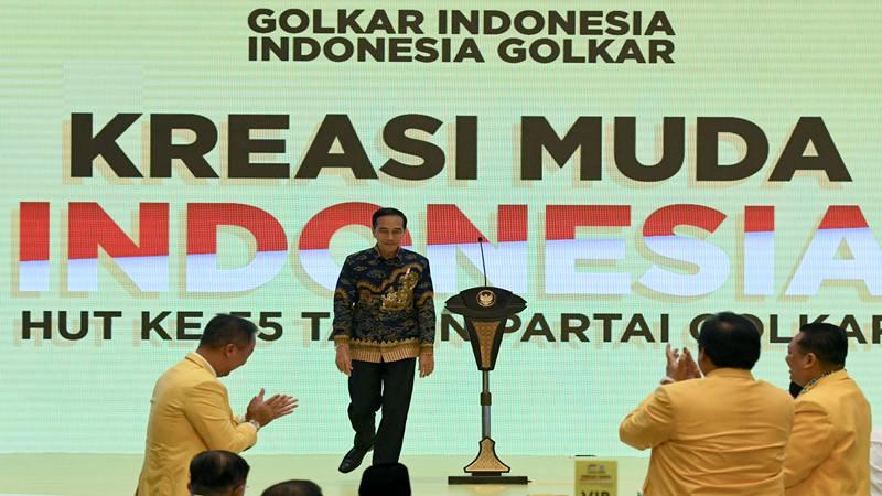 Presiden Joko Widodo berjalan usai memberikan sambutan saat peringatan HUT ke-55 Partai Golkar di Jakarta, Rabu (6/11/2019). Peringatan tersebut mengambil tema