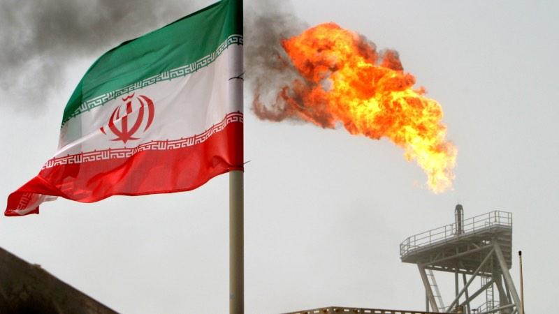 Bendera Iran berkibar di lapangan minyak Soroush di Teluk Persia, Iran, Senin (25/7/2005), - Reuters/Raheb Homavandi