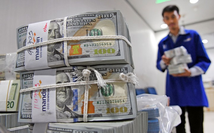 Petugas menata uang Dolar AS di Cash Pooling Bank Mandiri, Jakarta, Kamis (28/11/2019). -  ANTARA/Aditya Pradana Putra