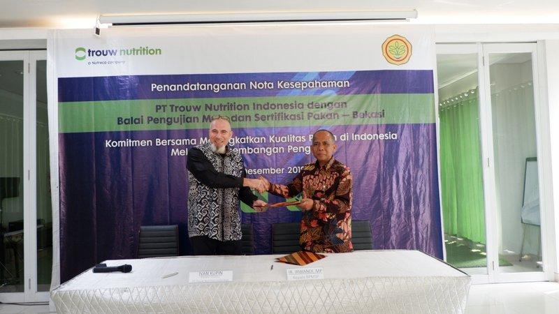 Kepala BPMSP Irwandi dan Presiden Direktur PT Trouw Nutrition Indonesia dalam upacara penandatanganan kerja sama sertifikasi pakan ternak di Bekasi, Selasa (3/12/2019) - Dok. Trouw