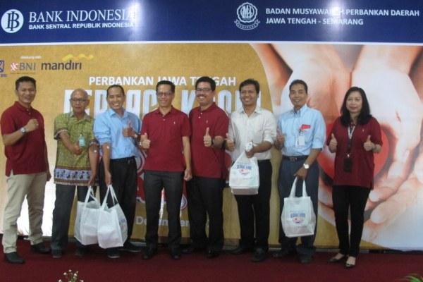 Kepala Kantor Perwakilan Bank Indonesia di Jawa Tengah Soekowardojo (keempat dari kiri) berfoto bersama panitia dan pendonor di sela acara donor darah yang dilakukan di Kantor Perwakilan BI Jawa Tengah, Rabu (4/12 - 2019).