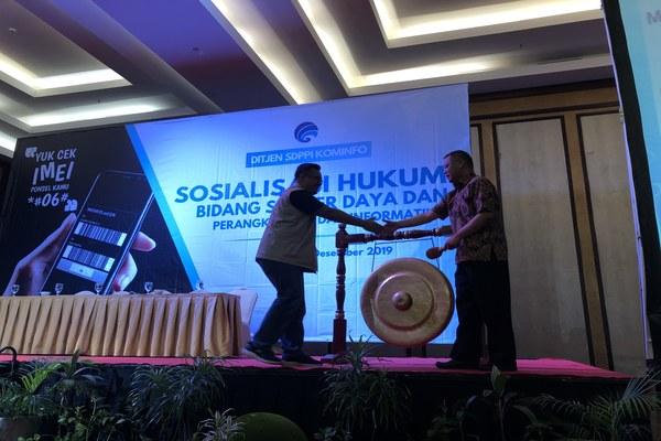 Direktur Standardisasi Perangkat Pos dan Informatika Kementerian Kominfo, Mochamad Hadiyana membuka acara sosialisasi IMEI ilegal di Batam, Selasa (3/12/2019). - Bisnis/Leo Dwi Jatmiko
