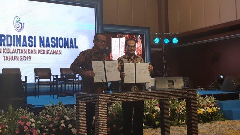 Menteri Kelautan dan Perikanan Edhy Prabowo (kiri) bersama Menteri Perhubungan Budi Karya Sumadi menandatangani kesepakatan untuk memperkuat sektor kelautan dan perikanan dalam acara Rakornas KKP 2019, Rabu (4/12/2019). - Bisnis/Desyinta Nuraini