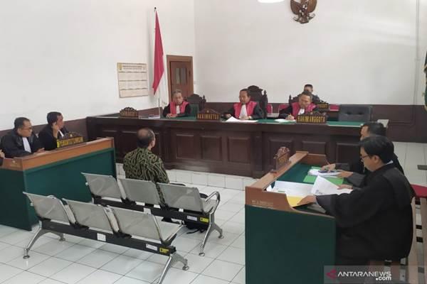 Terdakwa penggelapan aset PD Pasar Bermartabat, Andri Salman menjalani sidang perdana di Pengadilan Negeri Bandung, Jalan LLRE Martadinata, Kota Bandung, Rabu (4/12/2019). - ANTARA/Bagus Ahmad Rizaldi
