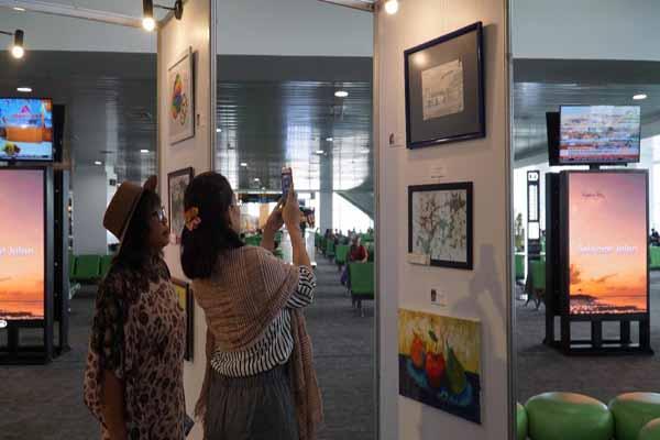 Pameran lukisan karya anak disabilitas dan autisme di Bandara Ahmad Yani Semarang - Istimewa