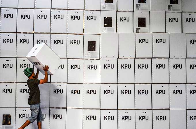 Pekerja menata kotak suara kardus di Gudang Logistik KPU Kota Tasikmalaya, Cibeurem, Jawa Barat, Jumat (1/2/2019). - ANTARA/Adeng Bustomi