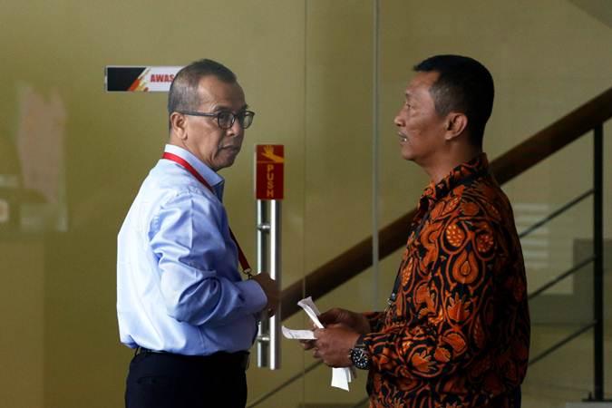 Mantan Direktur Utama PT Garuda Indonesia Emirsyah Satar (kiri) bersiap menjalani pemeriksaan di Gedung KPK, Jakarta, Rabu (10/7 - 2019)..ANTARA/Rivan Awal Lingga