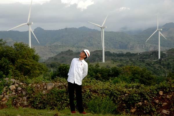 Presiden Joko Widodo mengamati turbin kincir angin usai meresmikan Pembangkit Listirk Tenaga Bayu (PLTB) di Desa Mattirotasi, Kabupaten Sidrap, Sulawesi Selatan, Senin (2/7/2018). - ANTARA/Abriawan Abhe