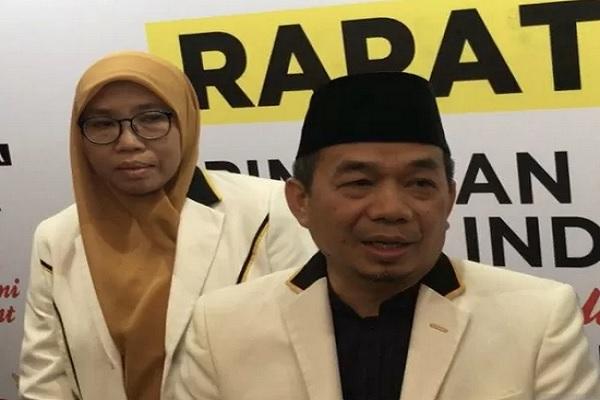 Ketua Fraksi Partai Keadilan Sejahtera di DPR RI Jazuli Juwaini (tengah) ketika ditemui saat rapat kerja Fraksi PKS di Hotel Grand Sahid Jakarta, Rabu (4-/2019). - Antara