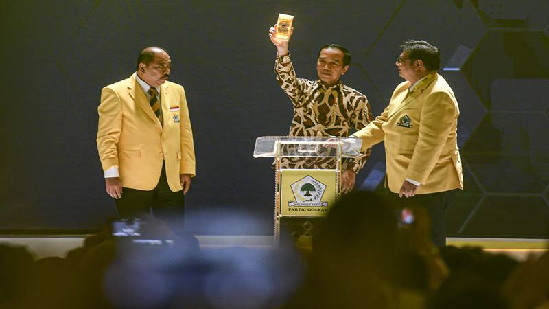 Presiden Joko Widodo (tengah) didampingi Ketua Umum Partai Golkar Airlangga Hartarto (kanan) dan Ketua Panitia Melchias Marcus Mekeng (kiri) membuka secara resmi Musyawarah Nasional (Munas) Partai Golkar di Jakarta, Selasa (3/12/2019). Agenda munas ini digelar untuk menentukan Ketua Umum Golkar periode 2019-2024. - Antara