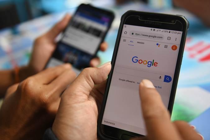 Dua orang membuka laman Google dan aplikasi Facebook melalui gawainya di Jakarta, Jumat (12/4/2019). Pemerintah menerbitkan Permenkeu tentang Badan Usaha Tetap (BUT) untuk mengejar pemasukan pajak dari perusahaan asing yang berbasis di luar negeri namun bertransaksi dan memperoleh penghasilan di Indonesia termasuk perusahaan besar 'Over The Top' (OTT) atau daring seperti Google, Facebook, Youtube dan lain-lain. - ANTARA/Akbar Nugroho Gumay