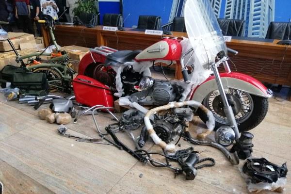 Motor Harley Davidson dan sepeda Brompton yang diamankan oleh Ditjen Bea Cukai Kementerian Keuangan. Bisnis - Lorenzo Mahardhika