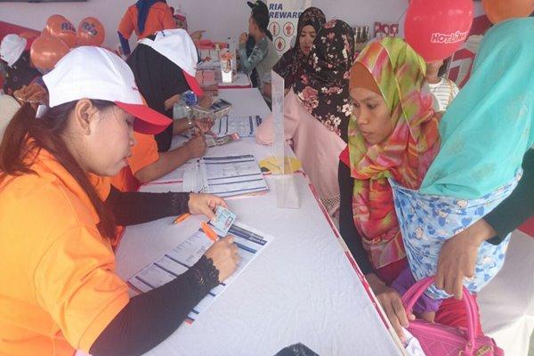 Tenaga Kerja Indonesia (kanan) sedang mengurus pembuatan Kartu Pekerja - Bisnis/Sri Mas Sari