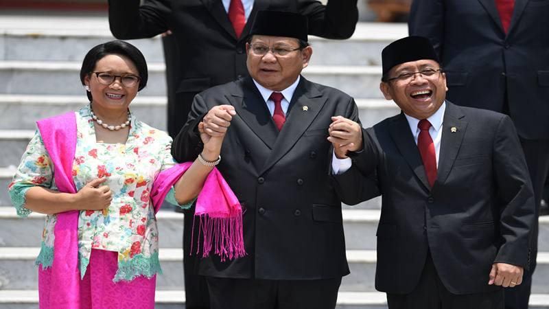 Menteri Pertahanan Prabowo Subianto (tengah) berpegangan tangan dengan Mensesneg Pratikno (kanan) dan Menteri Luar Negeri Retno LP Marsudi sebelum foto bersama yang merupakan rangkaian pelantikan Kabinet Indonesia Maju di Halaman Istana Merdeka, Jakarta, Rabu (23/10/2019). - Antara