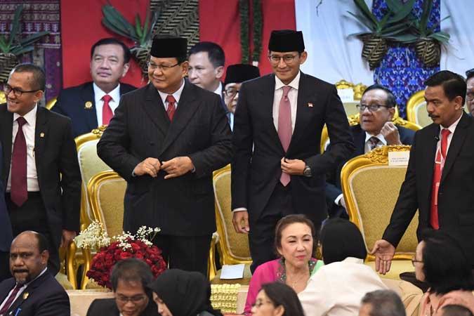 Ketua Umum Partai Gerindra Prabowo Subianto (kiri) dan Waketum Sandiaga Uno (kanan) tiba di lokasi upacara pelantikan Presiden Joko Widodo dan Wakil Presiden Ma'ruf Amin di Gedung Nusantara, kompleks Parlemen, Senayan, Jakarta. Antara - Akbar Nugroho Gumay