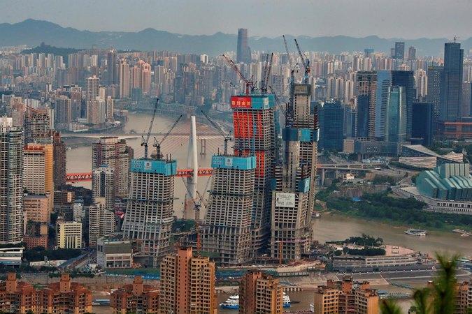Pandangan umum tentang pusat perbelanjaan yang sedang dibangun di Chongqing, Cina, 13 Juli 2017. Foto diambil 13 Juli 2017. - REUTERS