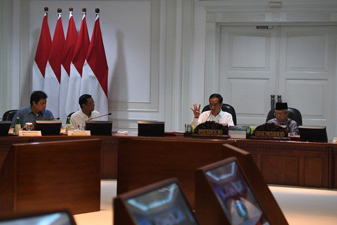Presiden Joko Widodo (kedua kanan) didampingi Wakil Presiden Ma'ruf Amin (kanan) berpidato disaksikan Menko Polhukam Mahfud MD (kedua kiri) dan Menko Perekonomian Airlangga Hartarto (kiri) dalam rapat terbatas di Kantor Presiden, Jakarta, Senin (11/11/2019). - ANTARA/Akbar Nugroho Gumay