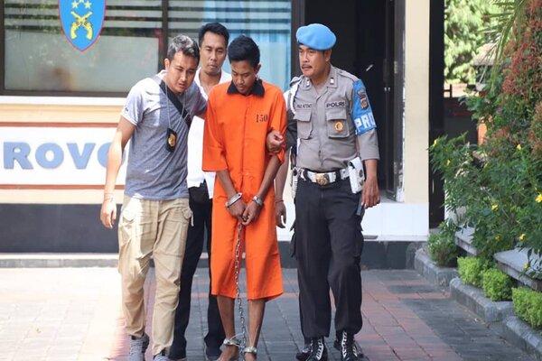 Polresta Denpasar merilis kasus penganiyaan terhadap korban RPH (16). Tersangka Prasetyo Aji Prayoga (tengah/orange) diamankan polisi. - Ist/Polresta Denpasar