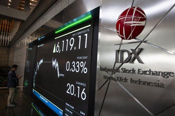 Pengunjungi mengamati layar pergerakan saham di Bursa Efek Indonesia (BEI), Jakarta, Jumat (15/11/2019). - ANTARA /Dhemas Reviyanto