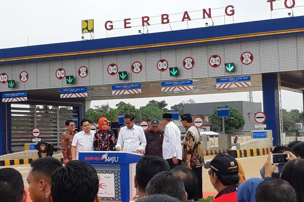 Presiden Joko Widodo membubuhkan tanda tangan pada prasasti yang menandakan diresmikannya pengoperasian jalan tol KunciranSerpong, Jumat (6/12/2019). - Bisnis/Foto/foto: Aprianus D. Tolok
