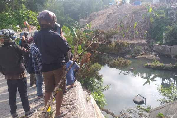 Warga melihat mobil yang jatuh di Sungai Gajah Wong, Muja Muju, Umbulharjo, Kota Jogja, Jumat (6/12/2019).  - Harian Jogja/Sunartono