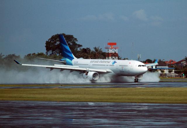 Pesawat Garuda Indonesia saat mendara di salah satu bandara. - Bisnis/Paulus Tandi Bone