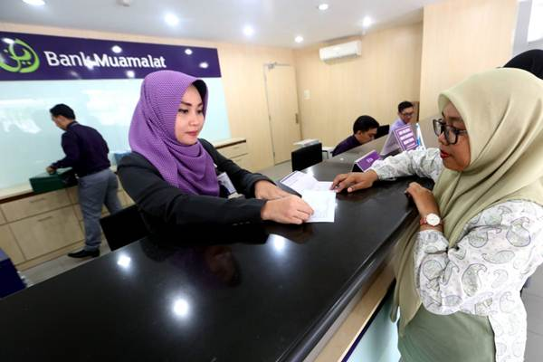 Petugas melayani nasabah di kantor cabang Bank Muamalat, Bandung, Jawa Barat, Rabu (7/11/2018). - JIBI/Rachman