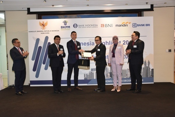 Ilustrasi penyerahan cenderamata usai kerja sama BNI dengan Konsulat Jenderal Republik Indonesia (KJRI), Bank Indonesia, Badan Koordinasi Penanaman Modal dan bank negara menyelenggarakan Indonesia Highlight Economy 2019 and Economic Outlook 2020 di Gallery BNI Hong Kong - Istimewa