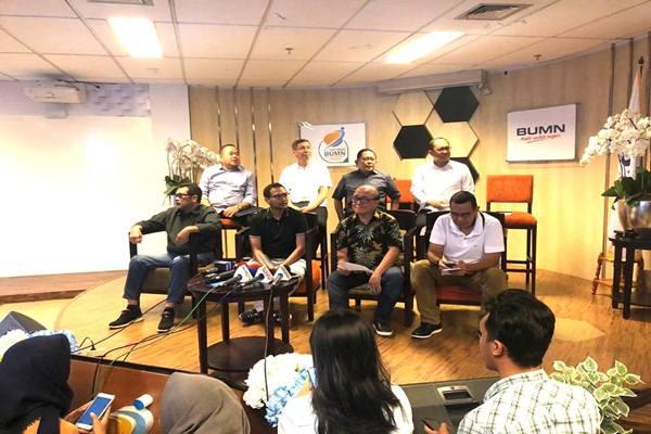 Komisaris Utama PT Garuda Indonesia(Persero) Tbk, Sahala Lumban Gaol(kedua dari kanan) dan para komisaris di Kementerian BUMN, Jakarta, Sabtu (7/12/2019). - Istimewa