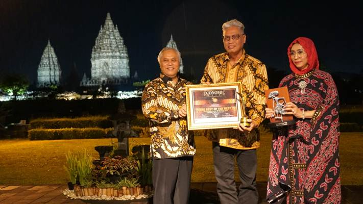 Direktur Utama Bank Jateng Supriyatno (tengah) berfoto usai menerima penghargaan darimajalah Economic Review di komplek Candi Prambanan. - Istimewa