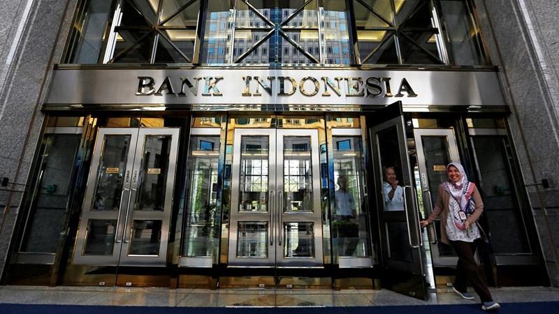 Pengunjung meninggalkan kantor pusat Bank Indonesia di Jakarta, Indonesia, 17 Januari 2019. - REUTERS/Willy Kurniawan